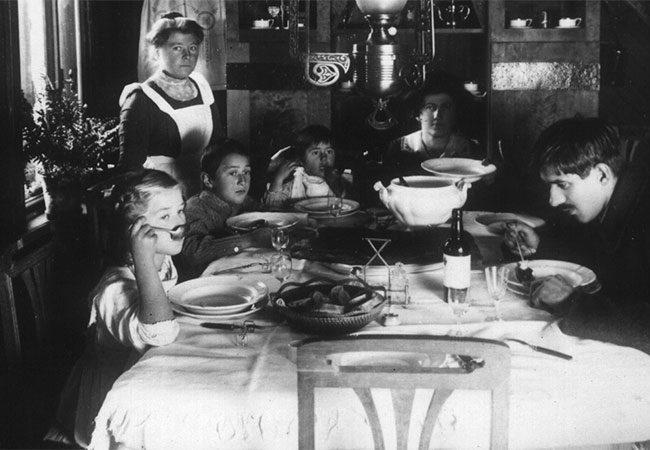 Семья Чуковских ха обедом в Куоккальском доме писателя. Слева направо: Лида, Николай, Боба Чуковские, М.Б. Чуковская, К.И. Чуковский, 10-ые годы