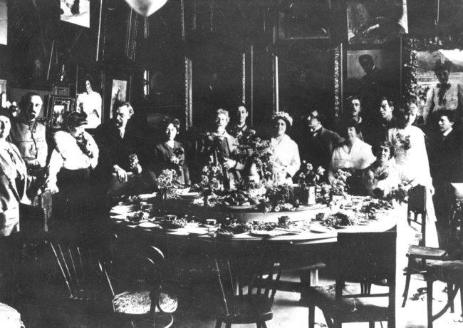 Куоккала. 10-ые годы, гости Репина в его столовой за круглым столом.  На заднем плане у стены Корней Чуковский.