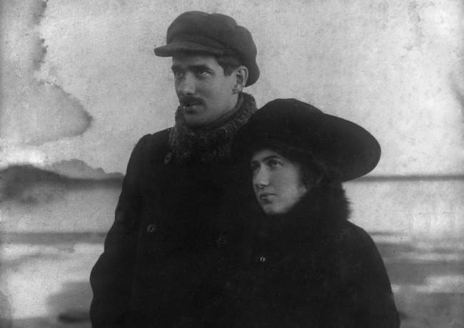 Корней Чуковский с женой Марией Борисовной на берегу Финского залива в Куоккале, фотография К. Буллы, 10-ые годы.