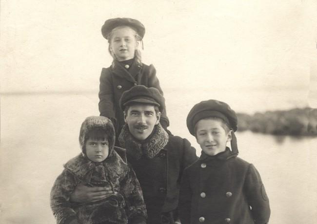 Корней Чуковский с детьми, слева направо: Борис Чуковский, Лидия Чуковская (на плечах у отца) и Николай Чуковский. Куоккала, 10-ые годы.