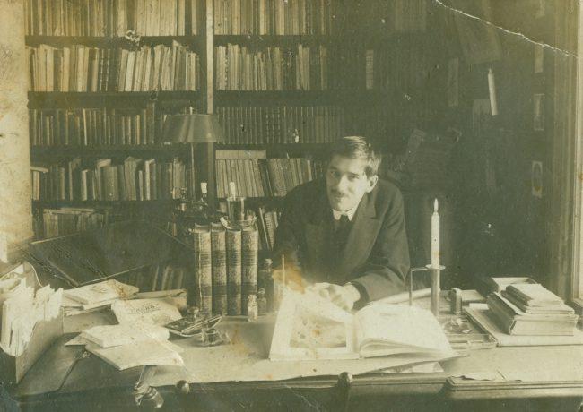 Корней Чуковский в своем кабинете в Куоккале, 10-ые годы