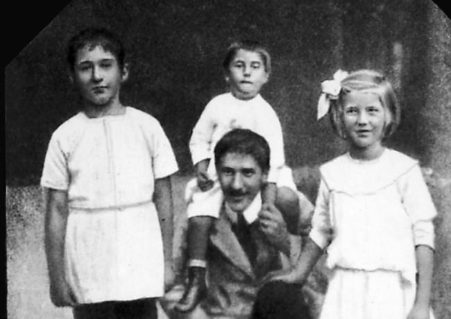 Корней Чуковский с детьми, слева направо: Николай Чуковский, Борис Чуковский (на плечах у отца) и Лидия Чуковская. Куоккала, 10-ые годы.