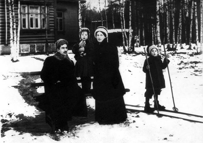 К.И. Чуковский, Лида Чуковская, М.Б. Чуковская, Коля Чуковский. Куоккала, снимал К. Булла, 10-ые годы.