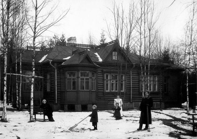 Семья Чуковских на прогулке. Куоккала. Снимал Карл Булла. 10-ые годы