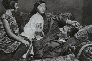 Корней Иванович с Мурой и Татой. Фотографии из довоенного издания От двух до пяти